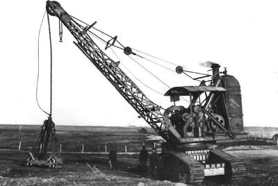 The Priestman steam grab, possibly on the prototype Gun Carrier chassis. Photographed in the field and poised for action.